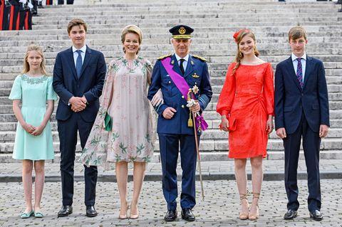 Prinzessin Eléonore von Belgien steht mit ihrer Familie auf dem Schlossplatz.