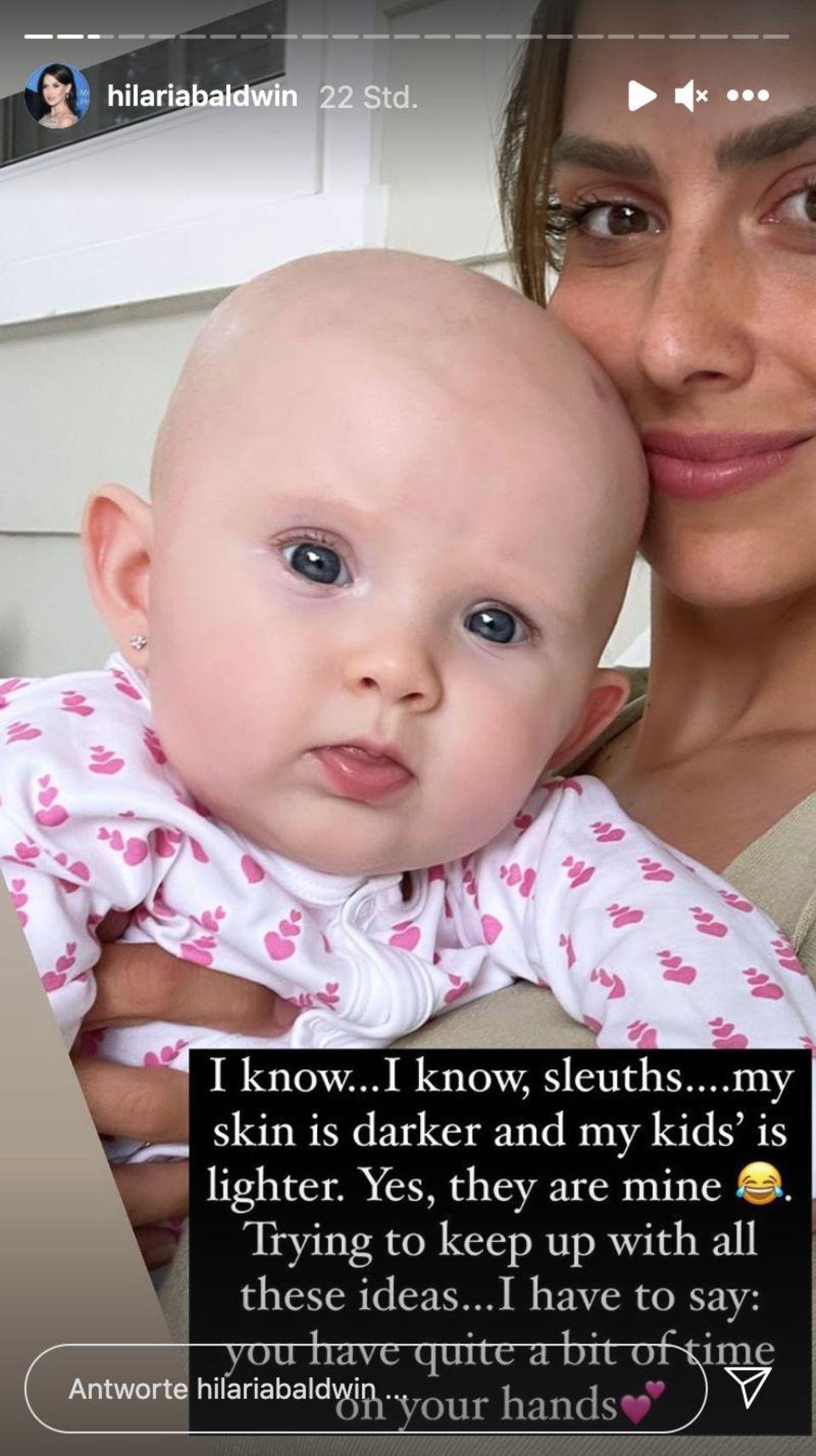 Hilaria Baldwin: Sie äußert sich zu den Adoptionsgerüchten: Hilaria Baldwin mit Baby