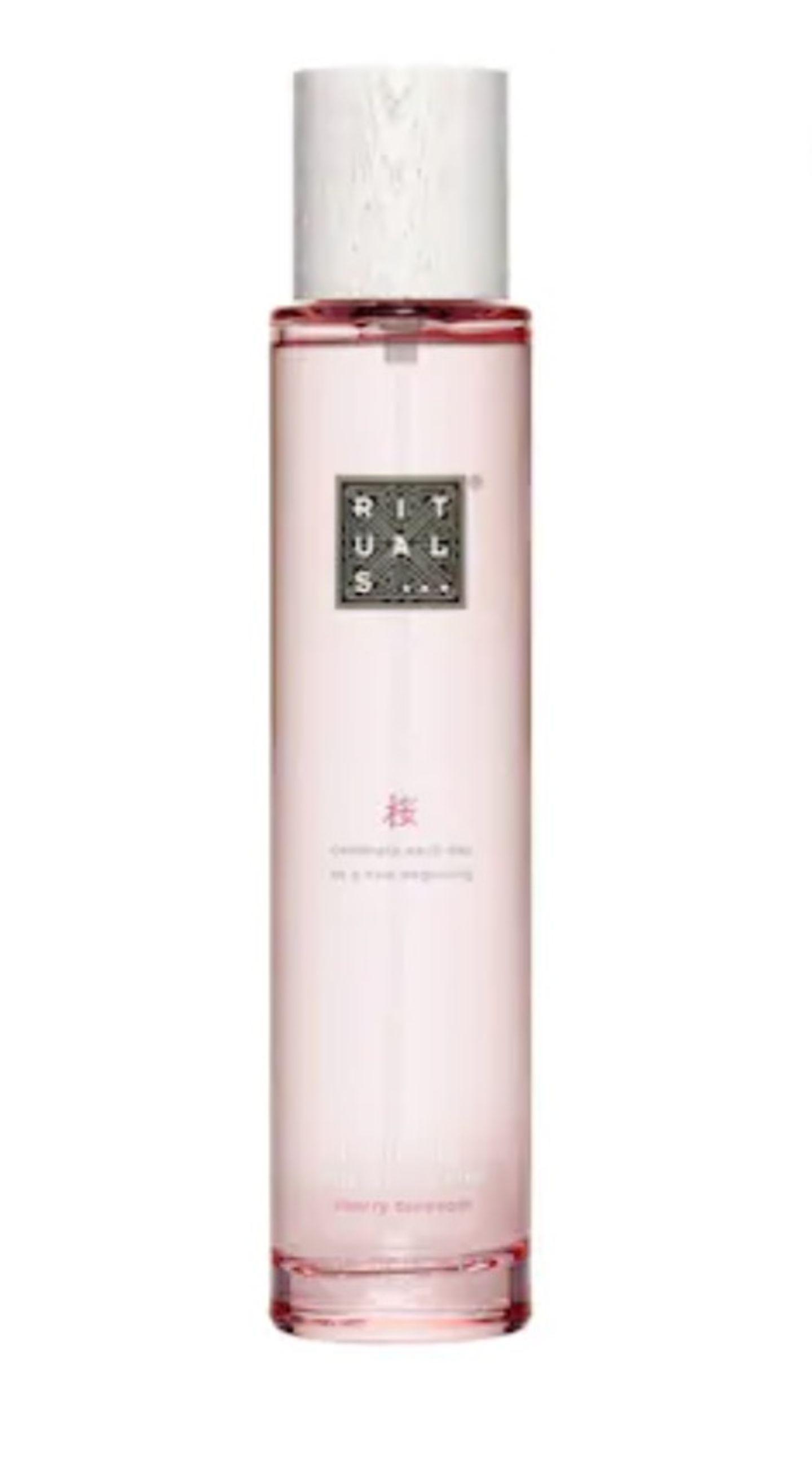 """Die """"Ritual of Sakura""""-Linie von Rituals zählt zu den Bestsellern des Hauses – klar, dass wir auch das Hair &Bodyspray heiß begehren. Der zarte Duft aus Reismilch und Kirschblüte ist aber auch unwiderstehlich. Um 17 Euro."""