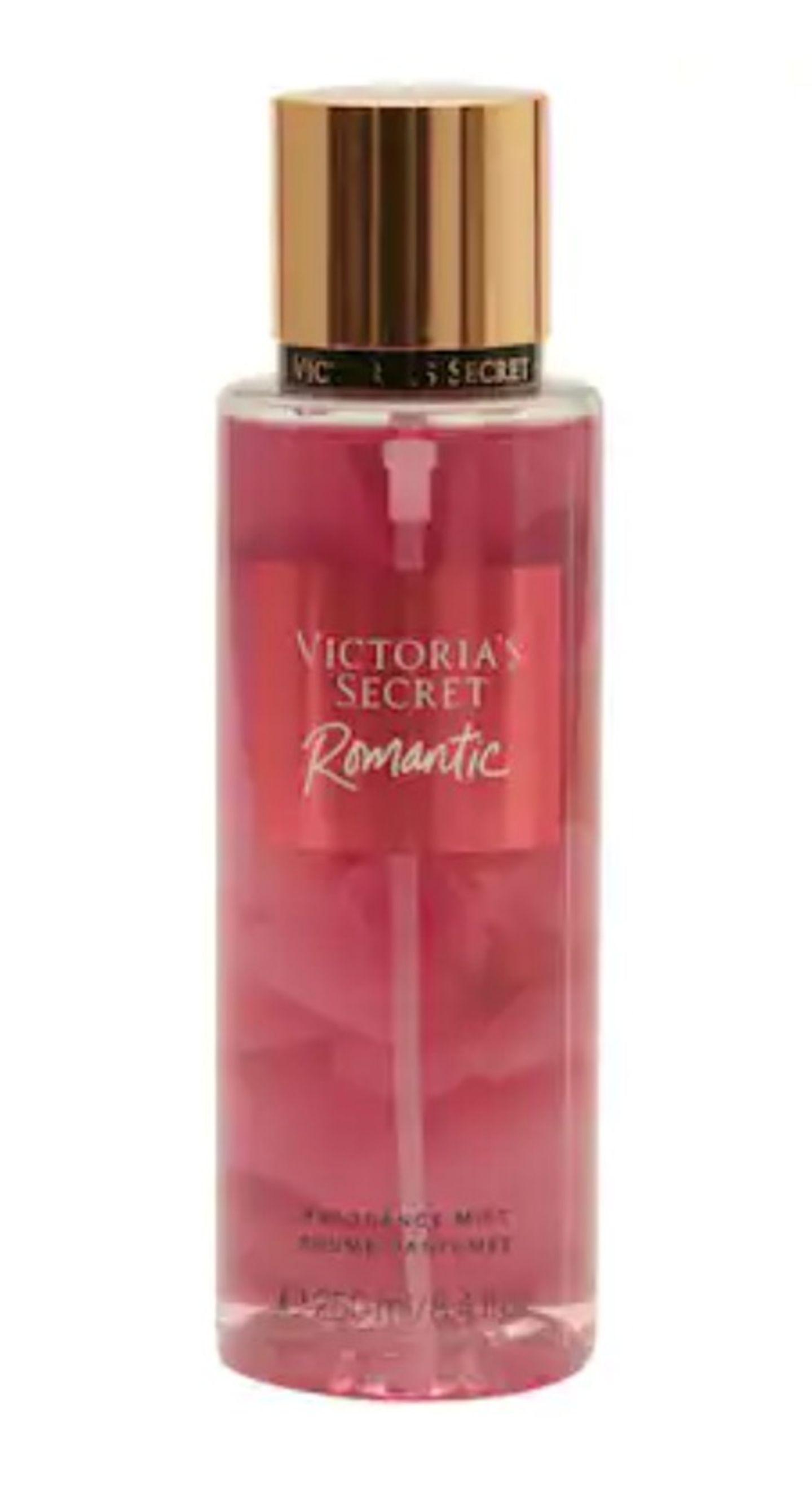 """Sich einmal wie ein Engel fühlen – das klappt jetzt mit dem nagelneuen Körperspray """"Romantic Body Mist"""" von Victoria's Secret. Es hüllt dich in einen zarten Duft aus Kirschblüten und Vanille. Um 18 Euro über Douglas."""