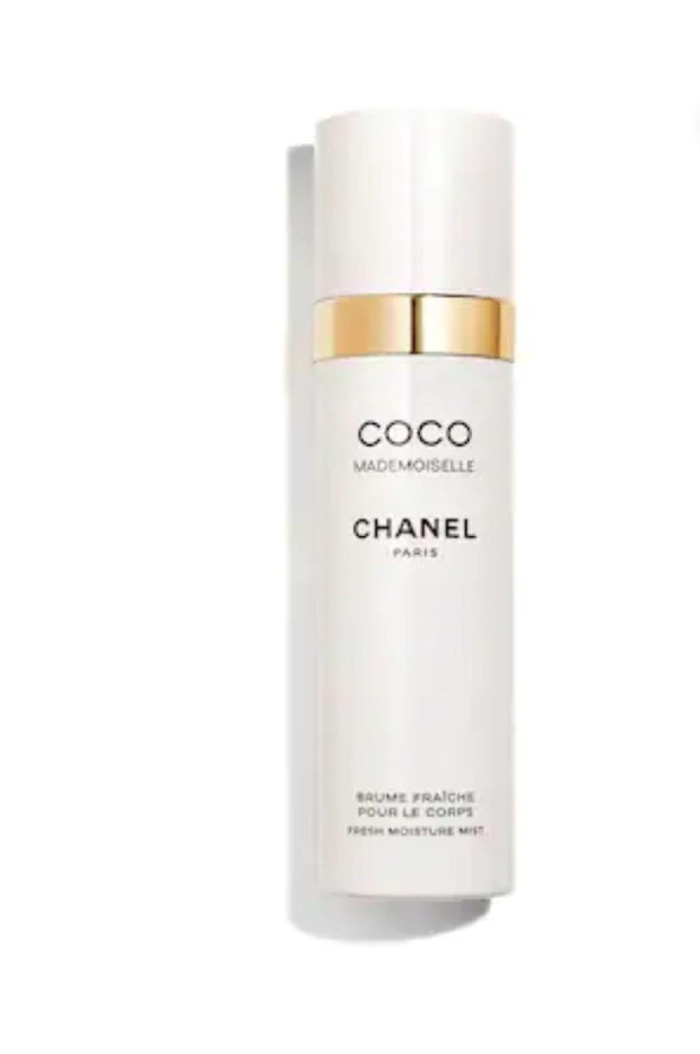 """Frisch und blumig – so riecht der legendäre Duft """"Coco Mademoiselle"""" aus dem Hause Chanel.Das Körperspray mit feuchtigkeitsspendender Wirkung ist die perfekte Ergänzung zum Parfum und perfekt für all diejenigen, die sich nur einen Hauch Chanel auf ihrer Haut wünschen. Um 44 Euro."""