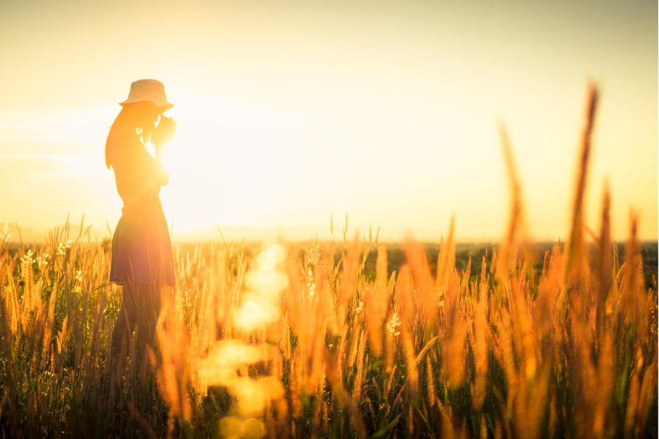 Horoskop: Eine junge Frau auf einem Feld