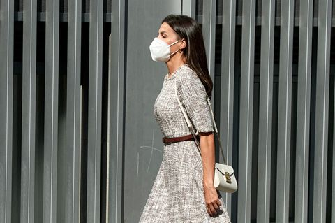 Wirkönnen uns nur wiederholen, wenn wir sagen, dass Letizia modisch immer einen Schritt voraus ist. So liefert sie uns auch mit ihrem neusten Look Style-Inspirationen für den Herbst. Denn ihr Tweed-Kleid vonAdolfo Domínguez sieht jetzt schon verdächtig nach einem Trend für die Herbstsaison aus. Um den Look sommertauglich zu machen, stylt Königin Letizia Espadrille Wedges vonUterqüe und eine weiße Tasche von Furla dazu.