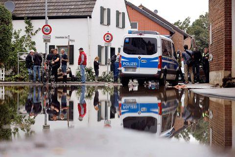 Polizei warnt: Polizeiauto im Hochwasser
