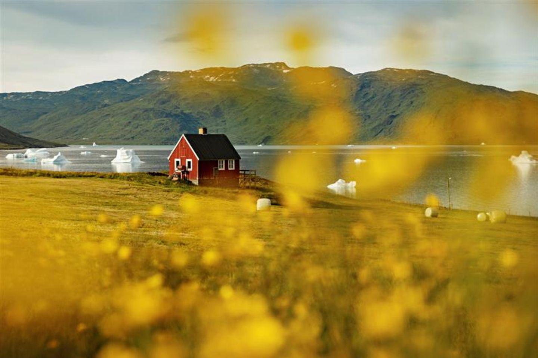 Grönland: Rotes Haus am Wasser