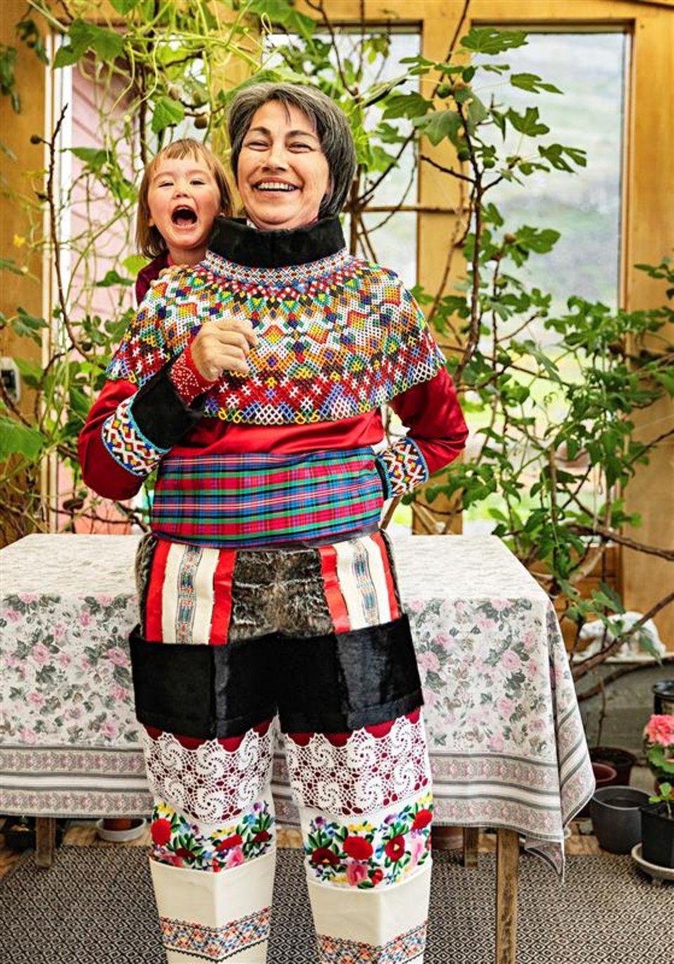 Grönland: Frau mit Kind lacht