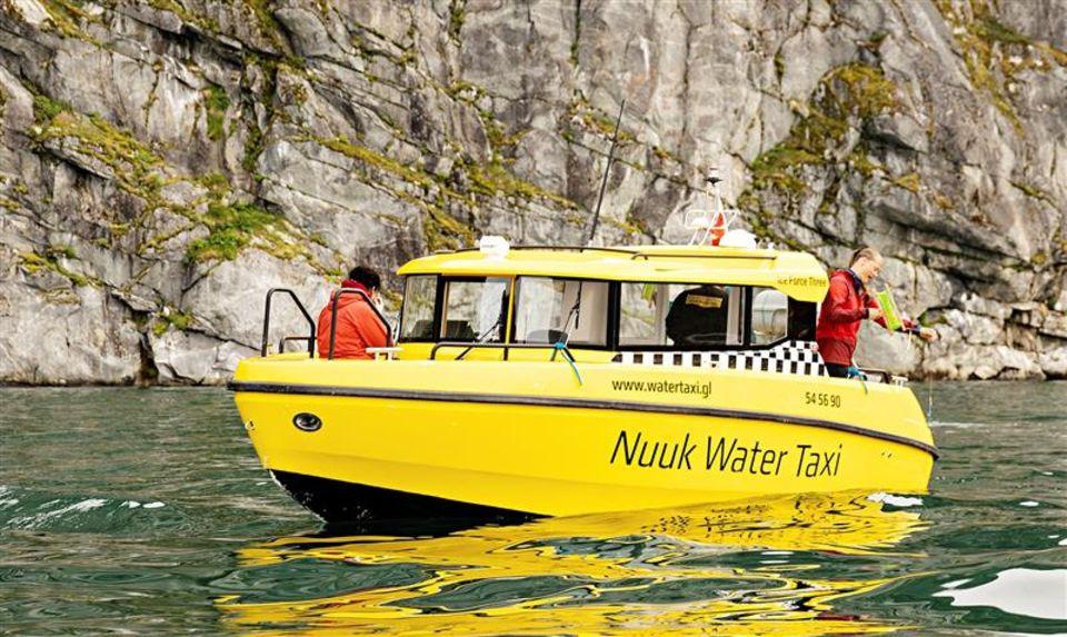 Grönland: Gelbes Nuuk-Water-Taxi im Wasser