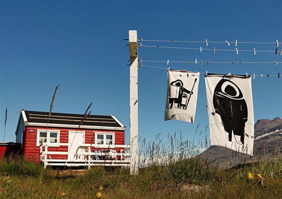 Grönland: Rotes Haus in der Natur
