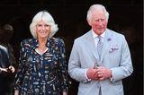 Während ihrer dreitägigen Reise in Devon und Cornwall zeigt sich Herzogin Camilla von ihrer stylischen Seite. In einem dunkelblauen Blusenkleid mit Feder-Muster strahlt sie an der Seite von Prinz Charles. Doch nicht nur das Kleid sticht uns ins Auge – auch ihre cremefarbenen Schuhe. Sie trägt einExemplar der Marke Sole Bliss für 175 Euro. Fans wollen beobachtet haben, dass die Frau von Prinz Charles dieseSchuhen bereits mehr als 80 Mal zu öffentlichen Auftritten wählte.