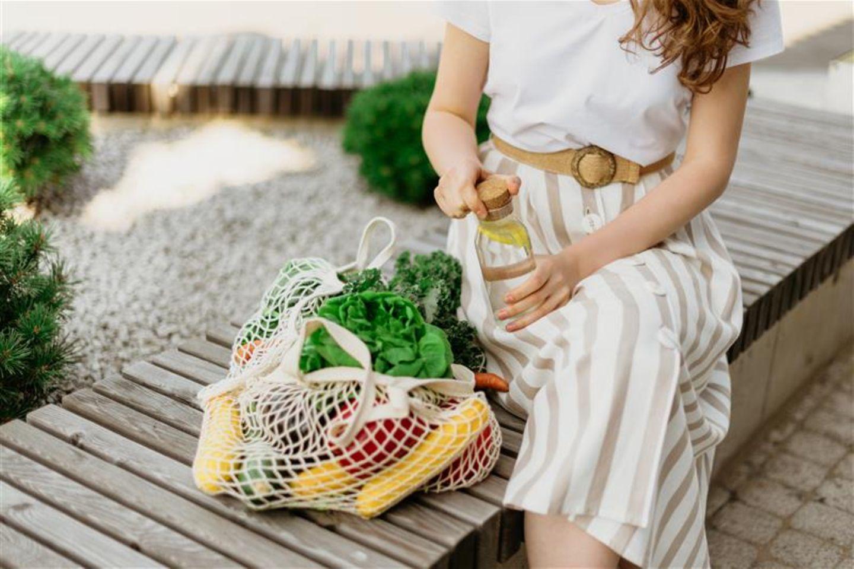 Beziehungsstreit: Frau mit nachhaltigem Lebensmitteleinkauf