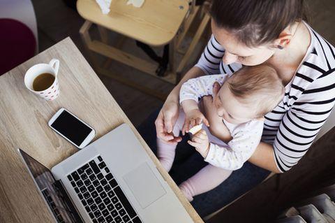 Erziehungsurlaub: Mama mit Kind am Laptop