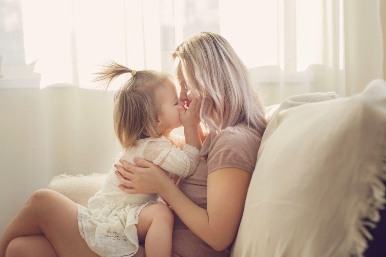 Elterngeld beantragen: Mama mit Kind