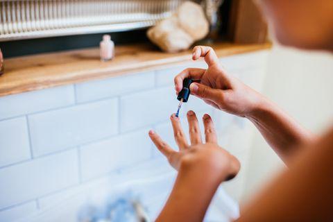 Nagellacktrend: Frau lackiert sich die Nägel