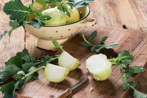 Kohlrabi roh essen - aufgeschnittener Kohlrabi