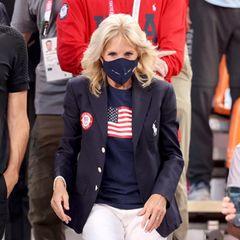 Der sportlich-patriotische Look der First Lady mit weißer Jeans, Olympia-Team-Blazer und Sternenbanner-Shirt hat dem 3x3-Basketball-Team der US-Damen beim Spiel gegen Frankreich imAomi Urban Sports Park in Tokio Glück gebracht. Sie gewannen 17:10.