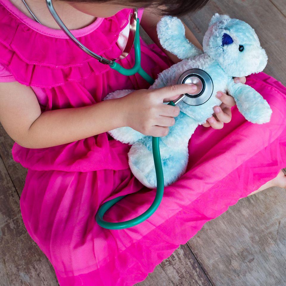 Horoskop: Kind untersucht Teddy