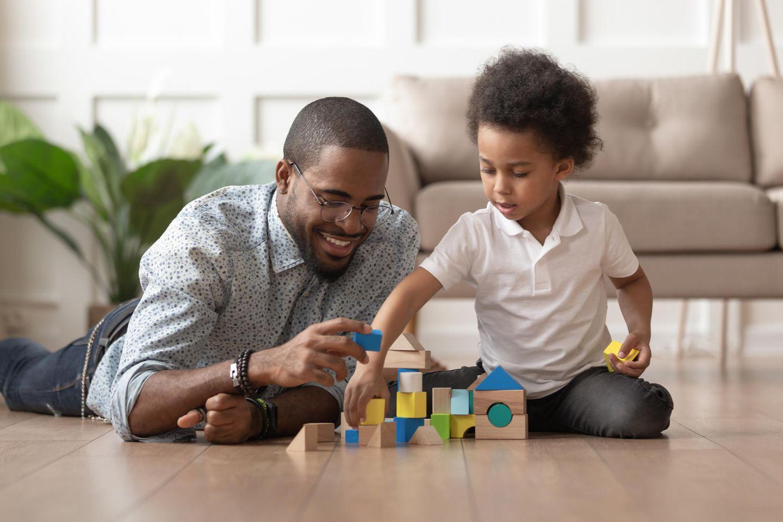 Vater spielt mit Kind