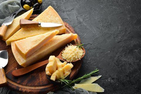 Parmigiano Reggiano auf Holzbrett