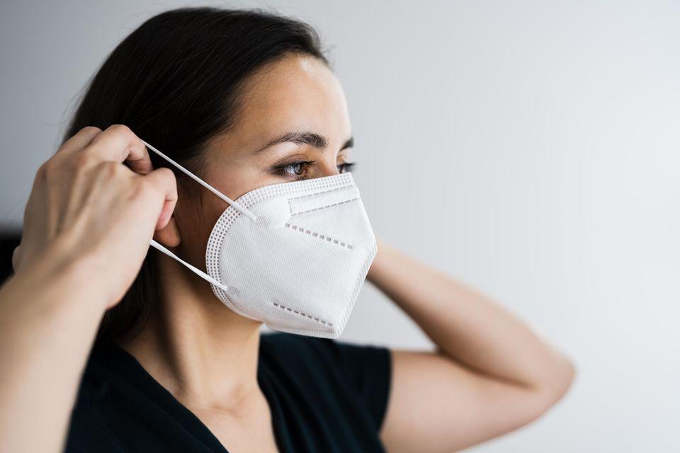 FFP2-Maske: Frau setzt sie auf