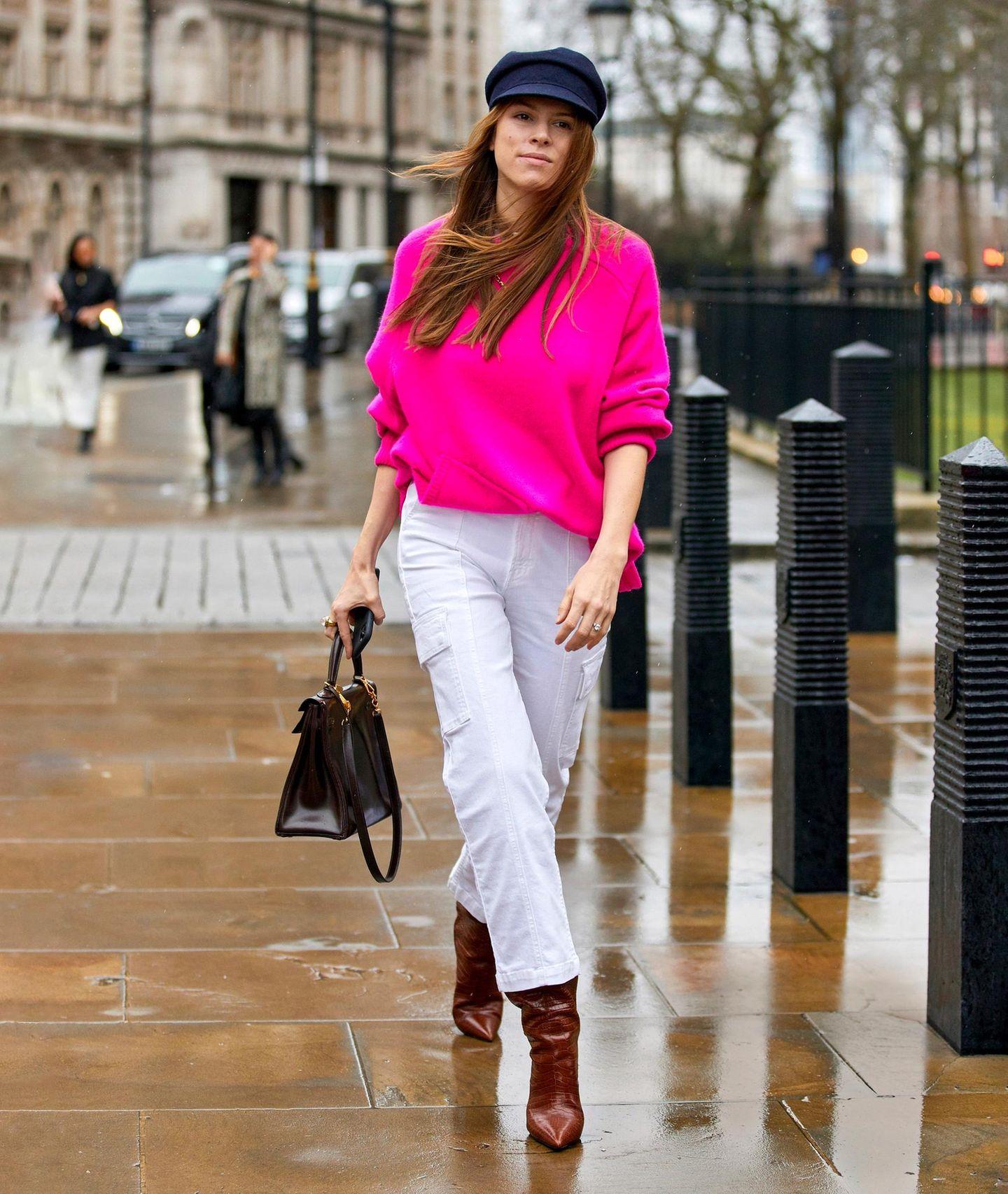 Neon-Farben: Neon-Pinker Sweater kombiniert mit weißer Hose