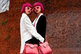 Neon-Färben: Zwillinge tragen von Kopf bis Fuß Neon-Farbelemente