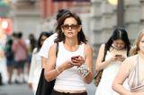 Beim Schlendern durch New York setzt Katie Holmes auf Gemütlichkeit und bringt damit einen Trend zurück, der lange in Vergessenheit geraten ist: Hüfthosen. Doch nicht nur sie liebt die Look-Kombination aus Baggy-Hose und Tanktop, auch ihre Tochter zeigt sich in einemähnlich lässigen Outfit.