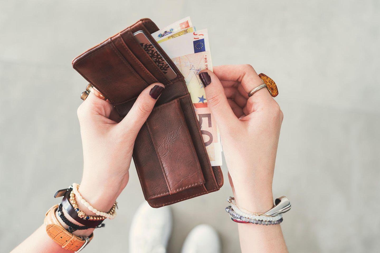 Horoskop: Portemonnaie und Hand