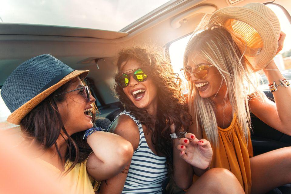 Reise Inspiration: drei Freundinnen lachen im Auto