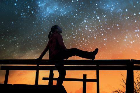 Diese Sternzeichen profitieren besonders von den Perseiden 2021: Frau schaut in die Nacht