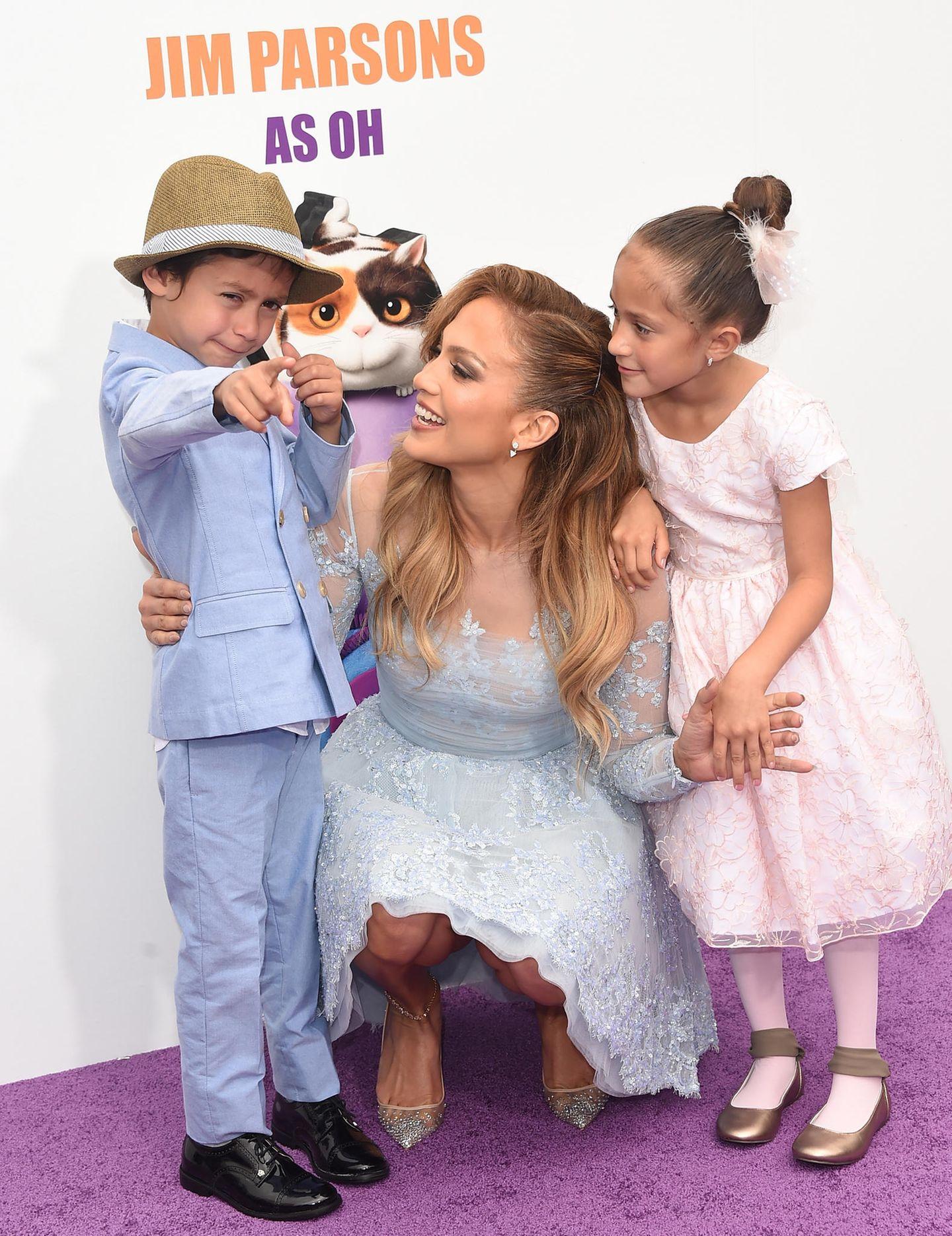 Wie süß! Jennifer Lopez und ihre Zwillinge Emme und Max haben sich richtig schick gemacht und die Pastellfarben aufeinander abgestimmt. Die Zwillinge kamen am 22. Februar 2008 auf die Welt und stammen aus J'Los Beziehung mit Marc Anthony.