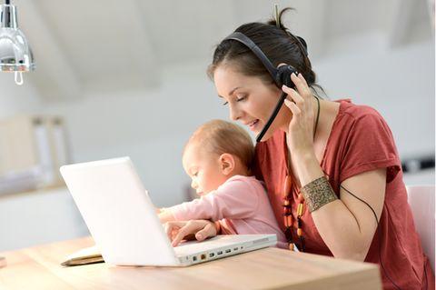 Elternzeit beantragen: Frau mit Kind beim Arbeiten