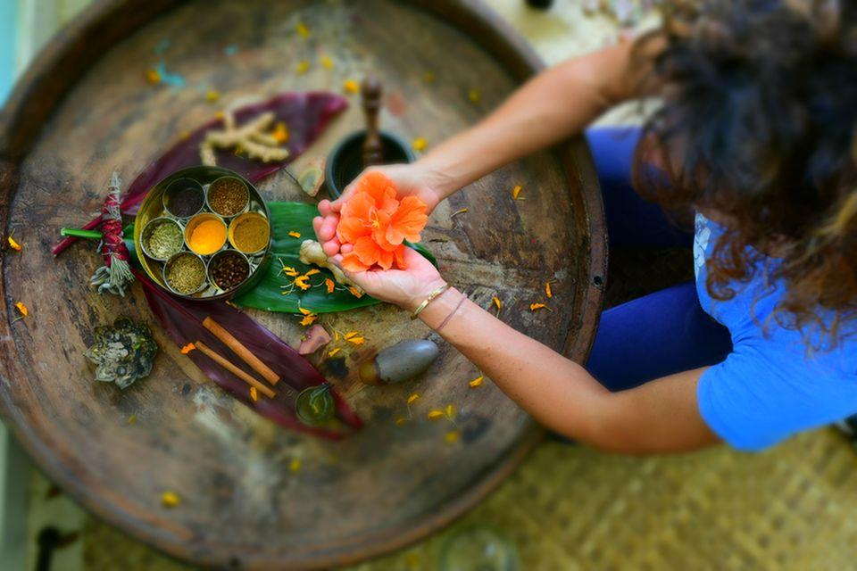 Ayurveda: Frau praktiziert Ayurveda