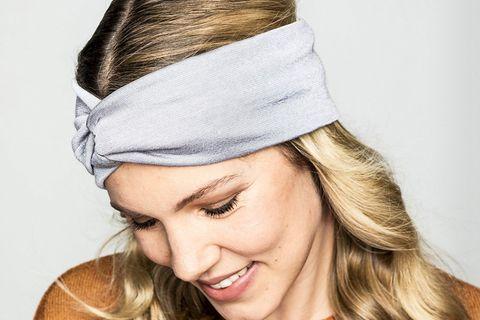 Stirnband: GMK Stirnband an Frau mit blonden Haaren