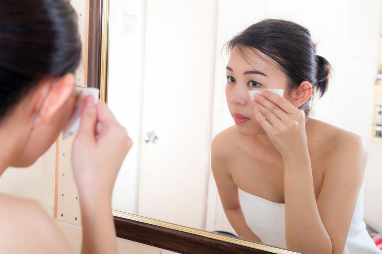 Hautpflege: Frau schminkt sich ab