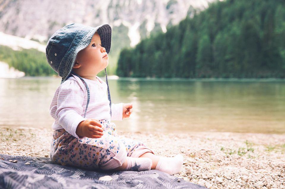 Baby sitzt am Genfer See