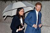 Prinz Harry und Meghan Markle gehen nebeneinander her.