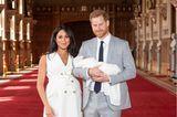 Meghan Markle und Prinz Harry posieren mit ihrem Neugeborenen für die Fotografen.