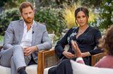 Prinz Harry und Meghan Markle sitzen bei dem Oprah Interview nebeneinander im Garten.