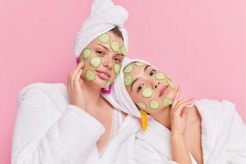 Gurken-Beauty 2.0: Frauen mit Gurken im Gesicht