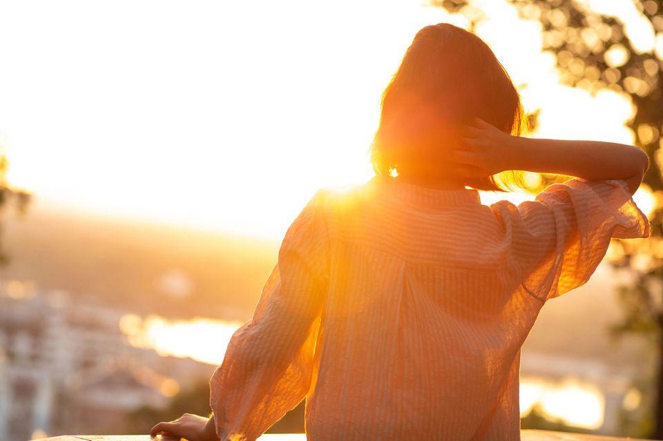 Horoskop: Eine Frau im Sonnenaufgang