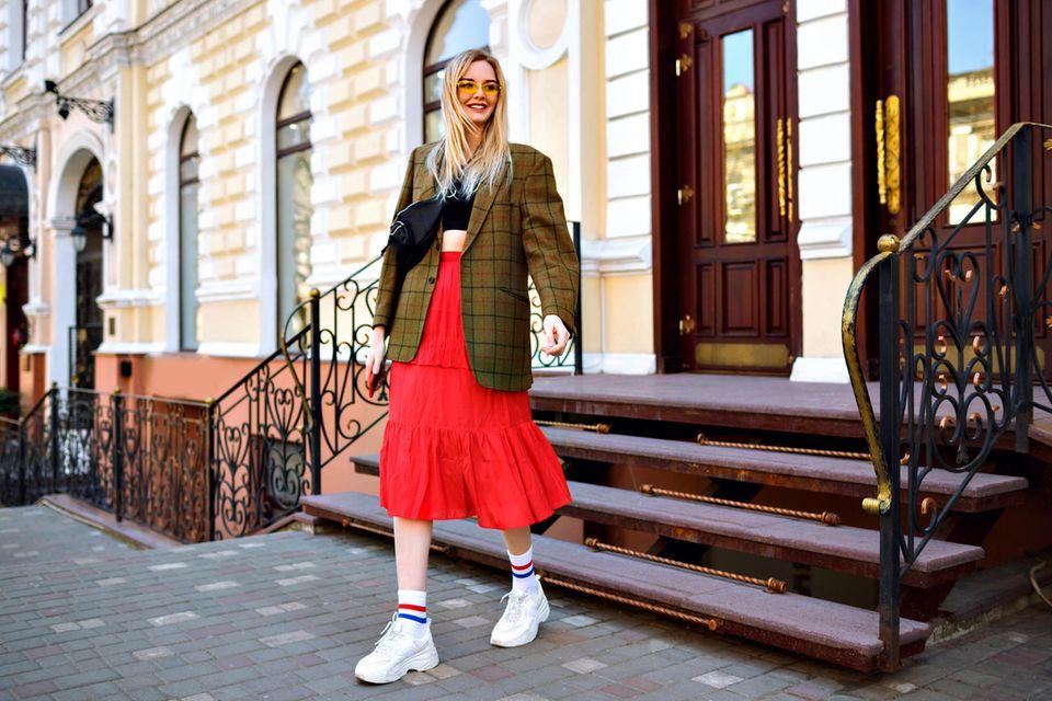 Style Challenge: Modische Frau auf der Straße
