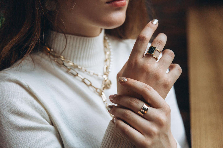 Style-Tipp: Frau mit Accessoires an der Hand