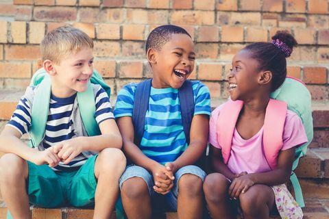 Kinderwitze: Drei Kinder lachen zusammen