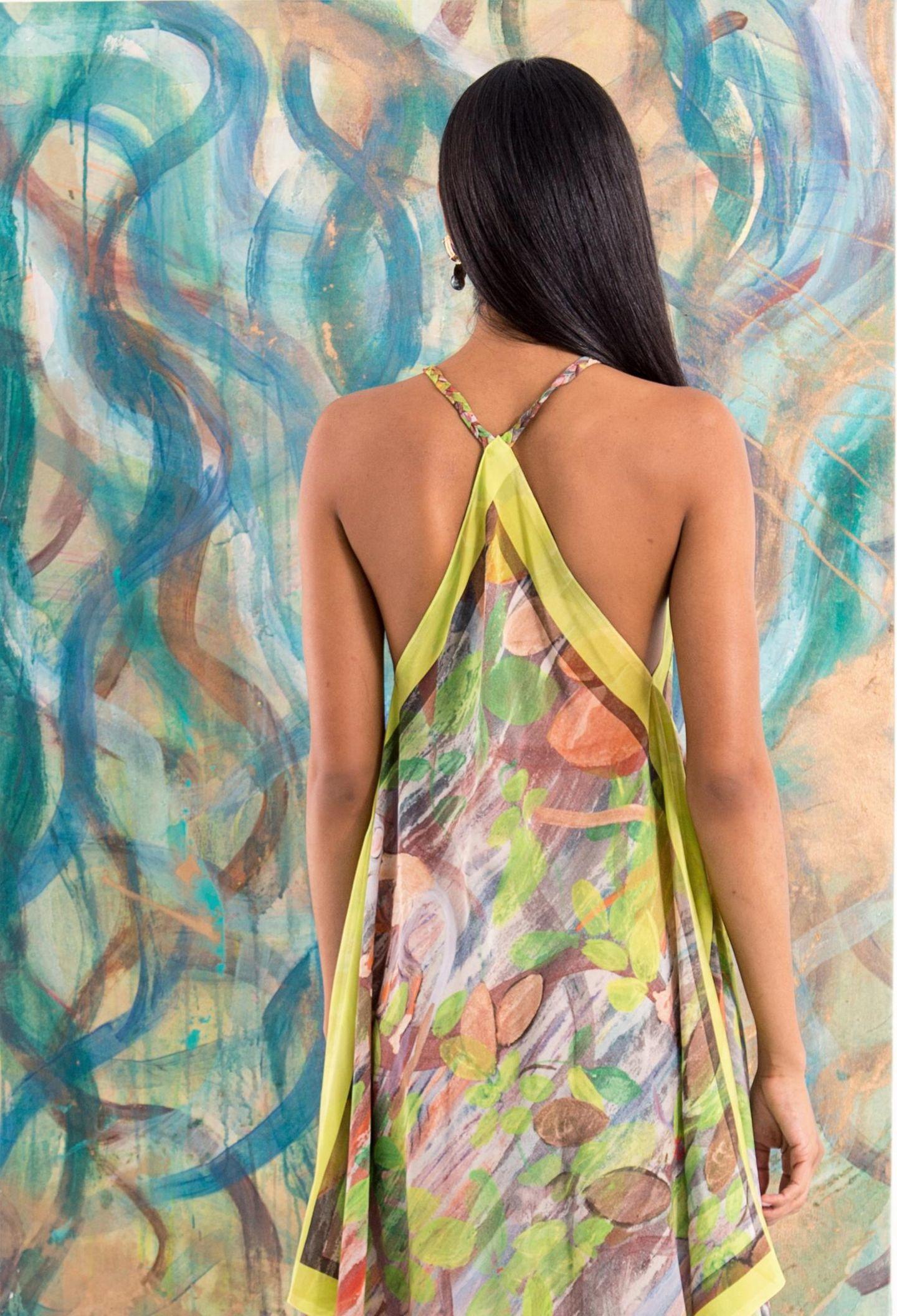 Muster: Kleid mit abstraktem Print vor Gemälde