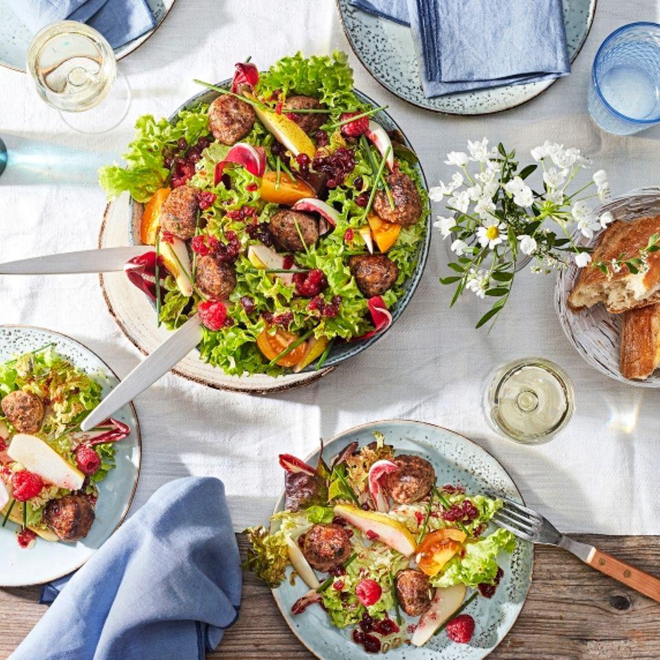 Köttbullar mit Sommersalat und Preiselbeer-Viaigrette