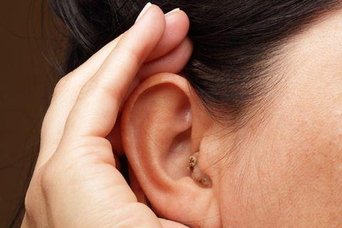Hörgerät mit 50: Hand am Ohr