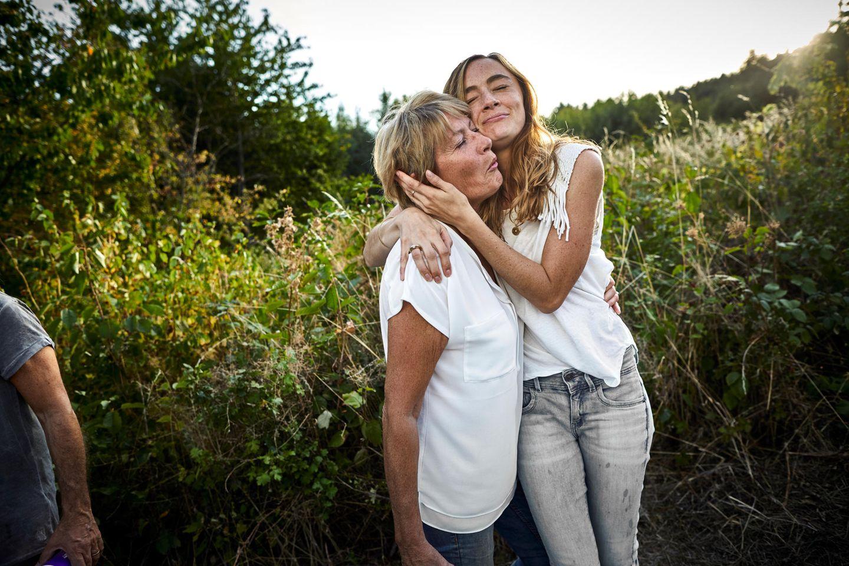 Tochter umarmt ihre Mutter