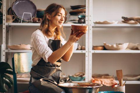 Hobby zum Beruf machen: Frau, die töpfert