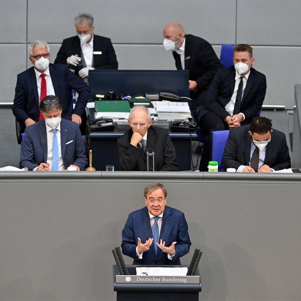 Brand New Bundestag: Szene aus dem Bundestag, Armin Laschet steht am Rednerpult
