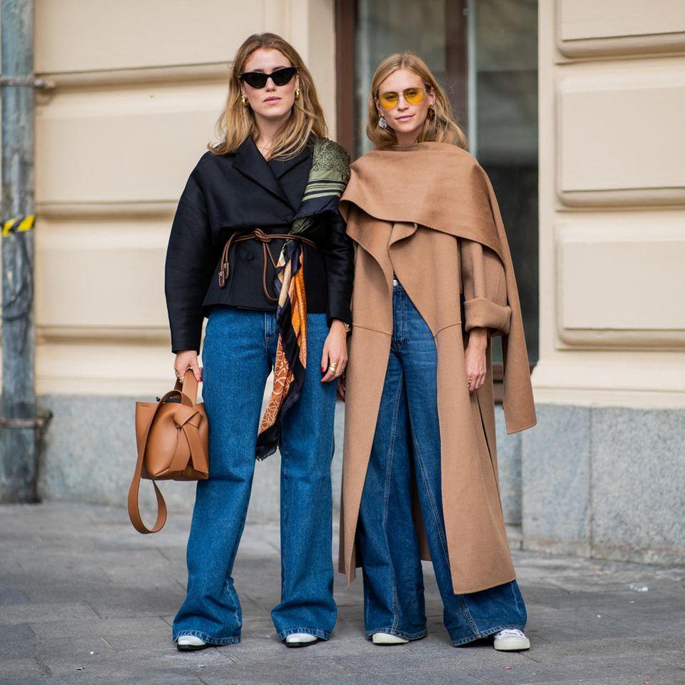 Zwei Frauen stehen nebeneinander und posieren für den Fotografen.